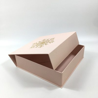 gift box with magnetic closing claps